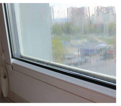 Недостаточная вентиляция-потеют окна
